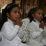 girl-christmas-angels-praying-colombia
